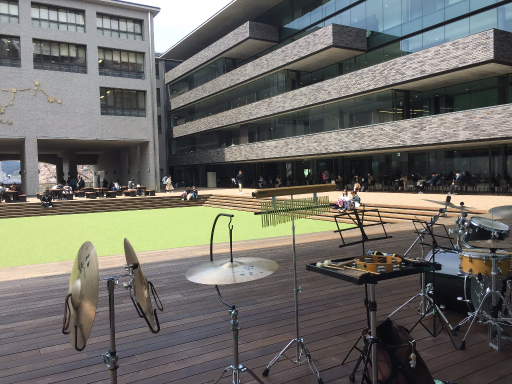 京都産業大学ピロティ